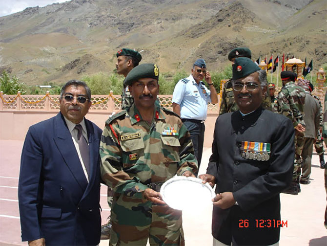 Colonel M B Ravindranath, Vir Chakra, right, at the Drass war memorial, July 26, 2009. Kind courtesy: http://ssbjcolmbravindranathvrc.blogspot.in