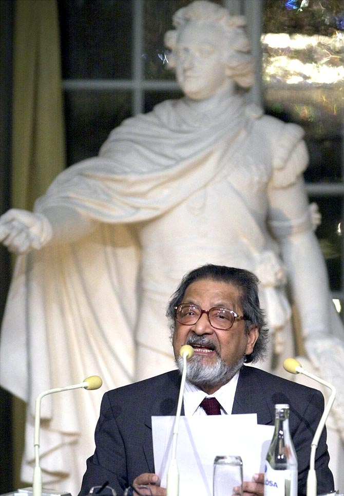 V S Naipaul gives the traditional Nobel lecture at the Old Stock Exchange in Stockholm, December 7, 2001. Photograpph: Claudio Bresciani/Reuters
