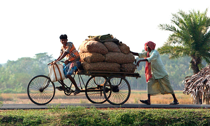 Farmers transport their produce to a market in Nandigram village, about 170 km southwest of the eastern Indian city of Kolkata in this November 21, 2007