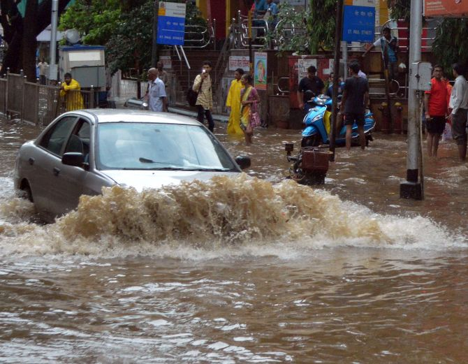 India News - Latest World & Political News - Current News Headlines in India - Heavy rains lash Mumbai; rail, road, air traffic hit