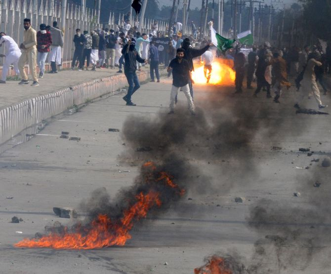 India News - Latest World & Political News - Current News Headlines in India - Clashes, violence mar Eid celebrations in Kashmir