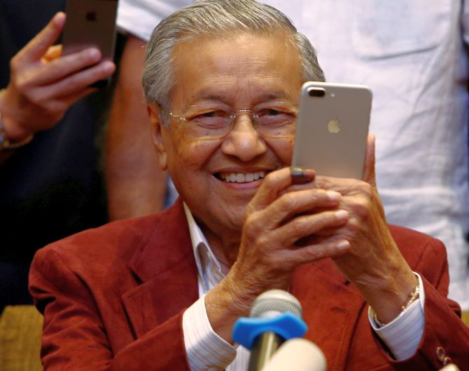 India News - Latest World & Political News - Current News Headlines in India - Malaysia's Mahathir wins election, become world's oldest elected leader