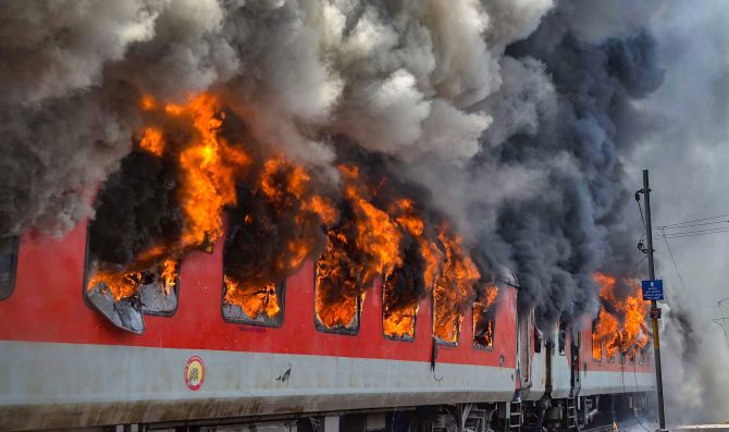 India News - Latest World & Political News - Current News Headlines in India - Delhi-Vizag train catches fire in MP, no injuries reported