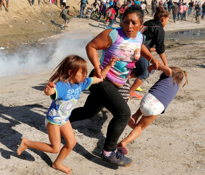 showdown at mexican border  us agents fire tear gas at