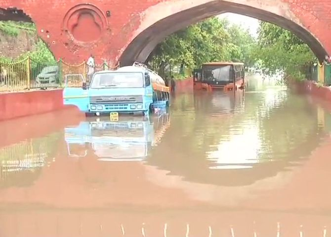 India News - Latest World & Political News - Current News Headlines in India - Waterlogging, traffic snarls after heavy rains in Delhi