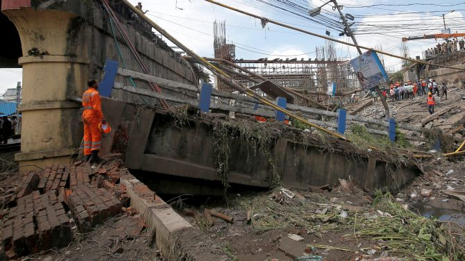 India News - Latest World & Political News - Current News Headlines in India - Kolkata bridge collapse: Toll hits 2; railway had issued warning in July
