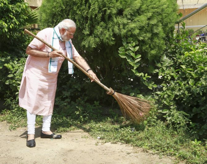 India News - Latest World & Political News - Current News Headlines in India - PHOTOS: Netas pick up broom for swachhata campaign
