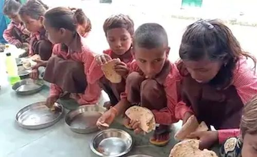 UP schoolchildren eat roti-salt as mid-day meal