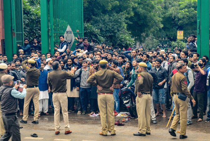 Many injured in clash between Jamia students, cops