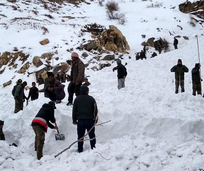 Himachal: 1 Army jawan dead, 5 others trapped in avalanche