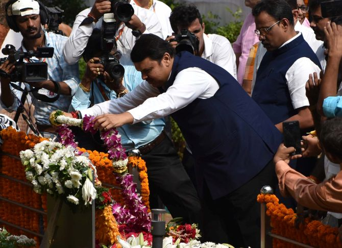 Sena, BJP pay tributes to Thackeray; Fadnavis heckled