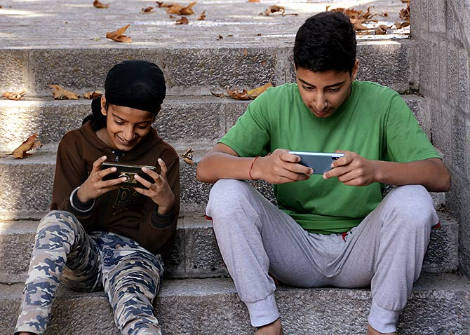 Low-speed mobile internet restored in Kashmir