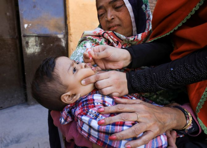 Cop killed in blast targeting anti-polio team in Pak
