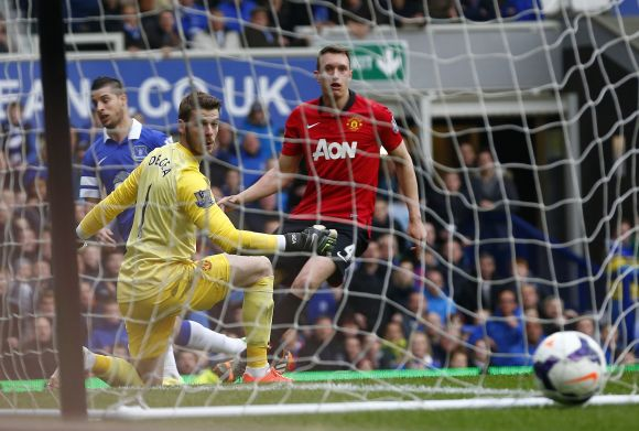 Everton's Kevin Mirallas (left) shoots and scores past Manchester United goalkeeper David de Gea