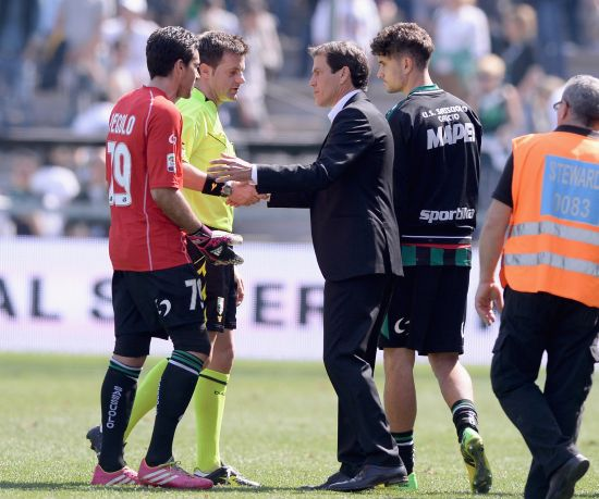 Head coach AS Roma Rudi Garcia (R) speaks to referee Nicola Rizzoli