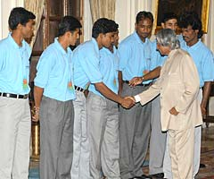 Dhanraj Pillay introduces the President to his team
