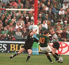 Joel Stransky drops the winning goal as Andrew Mehrtens tries to stop it