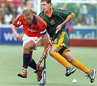 Dutchman Jeroen Delmee (L) fighting for the ball with Australian Dean Butler in the final of the Champions Trophy