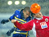 Parma's Matteo Ferrari (L) jumps for the ball with Mustafa Ozkan of Genclerbirligi during their UEFA Cup third round, first leg match in Parma, Italy