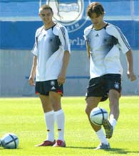 Sebastian Deisler (L) and Michael Ballack of the German soccer team attend a practice session