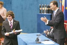 Spain's Prince Felipe de Borbon (R) claps after handing over the Prince of Asturias award for Sports to Spanish driver and Formula 1 World Champion Fernando Alonso.