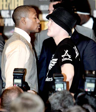 Floyd Mayweather Jr. (L) of the US and Ricky Hatton of Britain