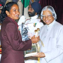 Dola Banerjee receives the Arjuna Award from the Indian President Abdul Kalam on August 29, 2006.