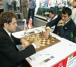 Viswanathan Anand in action against Levon Aronian