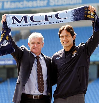 Manchester City manager Mark Hughes (left) with striker Roque Santa Cruz