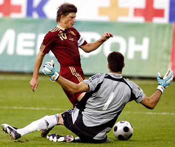 Andrey Arshavin tries to beat Argentina goalkeeper Mariano Andujar