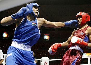 Vijender Kumar (left) during his bout against Angkhan Chomphuphuang of Thailand at the 2008 Beijing Olympic Games