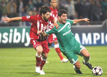 Maccabi Haifa's Vladimer Dvalishvili (right) and Girondins Bordeaux's Diego Placente vie for possession