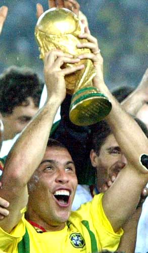 Ronaldo kisses the trophy