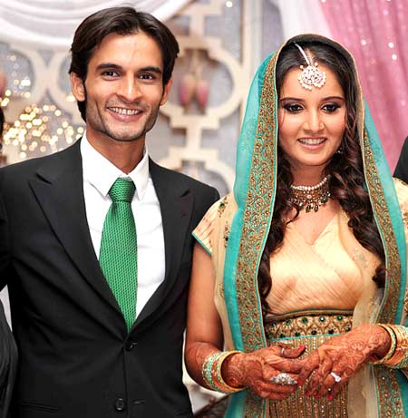 Family photo of the tennis player, married to Shoaib Malik,  famous for Indian tennis star.