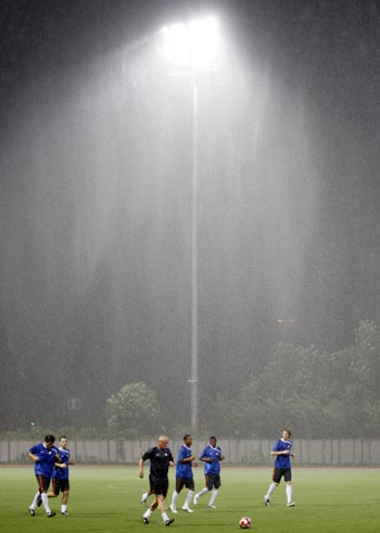 Dutch soccer stars train under heavy rain in Shanghai