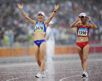 Elisa Rigaudo finishes third, ahead of Liu Hong, in the women's 20km walk at the Beijing Olympics