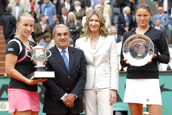 Svetlana Kuznetsova, President of the French Tennis Federation (FFT) Jean Gachassin, former tennis great Steffi Graf and Dinara Safina pose