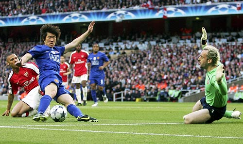 Park Ji-Sung scores the opening goal for Manchester United