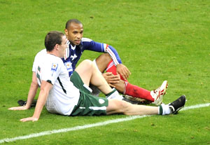 France's Thierry Henry speaks with Ireland's Richard Dunne (left) after their controversial WC play-off match