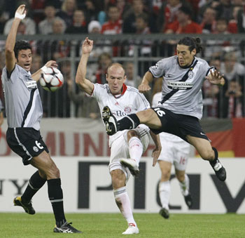 Bayern Munich's Arjen Robben is challenged by Juventus' Fabio Grosso and Mauro Camoranesi