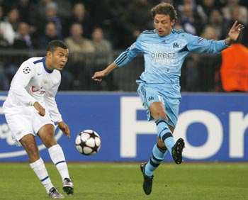 FC Zurich's Johann Vonlanthen kicks the ball next to Olympique Marseille's Gabriel Heinze
