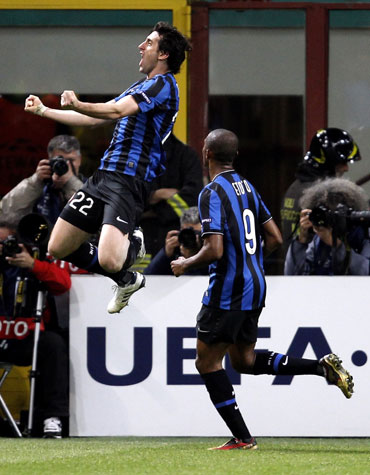 Milito celebrates afetr scoring the winner
