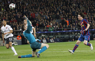 Messi scores past Almunia