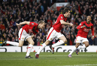 Darron Gibson scores the first goal for Man United