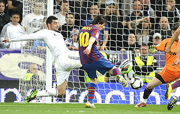 Lionel Messi shoots past Iker Casillas