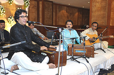 Talat Aziz performs during the Sangeet ceremony