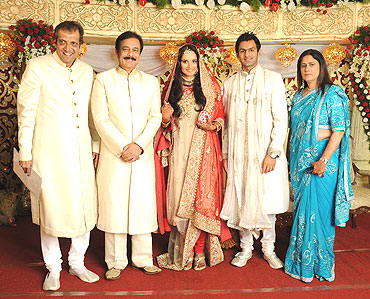 Sahara chief Subroto Roy (second from left) with the couple and the bride's parents