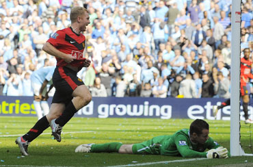 Paul Scholes heads the winner for United