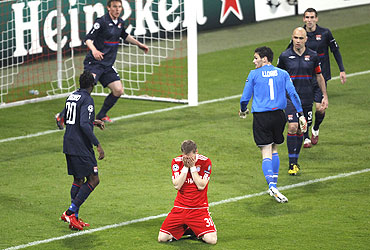 Bayern Munich's Bastian Schweinsteiger (centre) reacts after failing to nail a header