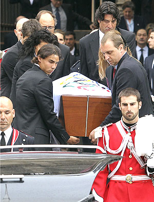 Spanish tennis player Rafael Nadal (left), former basketball player Jordi VIllacampa (top rightR) and Barcelona's handball player David Barrufet (right) help carry the coffin of former International Olympic Committee president Juan Antonio Samaranch